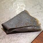 セルサルサーレ - ブラックオリーブのクレープに包んだ墨烏賊