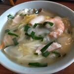中華大貴 - 料理写真:チャンポン麺750円税込、タンメンにトロミがついたような、あるいはサンマーメンの塩味的な…、ちゃんぽんをイメージして頼んだが全く異なる食べ物だった。でもこれはこれでアリ。火傷に注意!