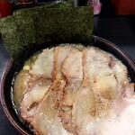 すずき家 - 料理写真:醤油チャーシュー麺の並、トッピングは味玉、 小ライス。 お好みは全てノーマル。 チャーシューの下に味玉とウズラが隠れてます。