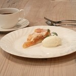 アルカレート - 2012-11-18撮影。テーブルに置かれたドルチェ&コーヒー。シェフご自身が削り出した拘りのテーブルだそうです。