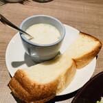 159484924 - チャイニーズチキンサラダ セットのパンのスープ