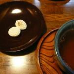 鍵善良房 - 菊壽糖とお茶