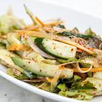 EIKO - 果物ベースたれで和えたサンチュのサラダ。