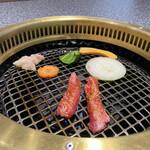 肉の割烹 田村 - 焼いています