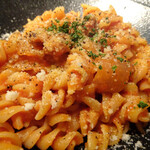 Osuteriabubbino - フジッリ(ベーコン、玉葱、パルミジャーノチーズのトマトソース)