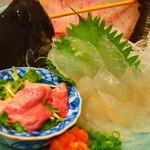 市場食堂 さかなや - 『活カワハギ刺し:肝付き』¥980