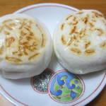 和菓子処 餅萬 - 左がだいじょうぶだァ、右がだっふんだァ饅頭です。