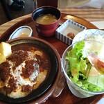 洋食勝井 - 嫁様のハンバーグ定食1600円、ぐつぐつ焼けてました。