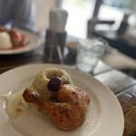 荒井商店 - これが鶏と炊き込みピラフ。見た目以上にお腹いっぱいになる