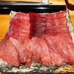 159555687 - 今夜のピンピンの鮪です。奥の左から塩竃の腹カミ、大間の赤身、大間の背トロ。手前が塩竃のカマ筋大トロです。いずれも魚体も160kg