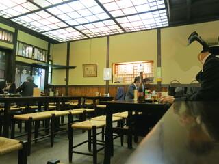 神田まつや - 店内も綺麗ですね、天井の照明が凄いですね