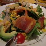 ビストロ アズーロ&ザ・バー - スモークサーモンとアボカドのコブサラダ