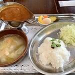 武相荘 - 料理写真:えびカレーはサラッとして玉ねぎの甘さとキリッとしたスパイシーさも感じられて美味しくいただきました。紅虎餃子房とかの際コーポレーション系列でした