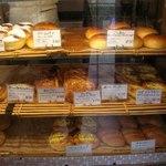 ラパン - 写真には映ってないのですが、奥の棚の上には バケットやぶどうパン、食パンが。
