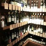 15966833 - ワインを選ぶ陳列棚