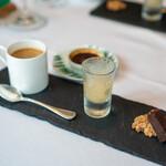ラ・ブランシュ - セップ茸のブリュレ ヘーゼルナッツのクッキー スパイスのチョコレート 八角のソルベ