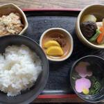 田楽座 わかや - セットには野菜の煮物、おからなどがついてきます