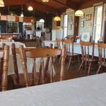 キッチン彩 - 高台にある見晴らしの良い店内は明るいブラウンが基調のレストランです。