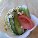 キッチン彩 - ランチはサラダからスタートです。