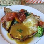 キッチン彩 - この日の料理は豚ロースのソテーマンゴソース、お皿には温野菜も添えられて味だけでなく色どりも鮮やかですよ。