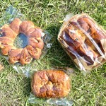 MORETHAN BAKERY - (左上)エピ、(右上)レーズンパン、(下)パン・オ・ショコラ