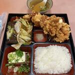 東菜館純ちゃん - 料理写真:日替ランチは デカ唐揚げ3つと五目うま煮と冷奴の組合せ