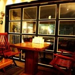 キールズ・バーハウス アオバダイ - 窓際のテーブル席