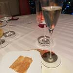 159715785 - アペリティーボのシャンパンと、ストゥッツィーノのペーゴラです