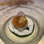 159715792 - 前菜1品目のアップ。アオリイカと蕪のマリネに、ンドゥイアのタルトに鱒のイクラが乗せてあります。