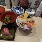 鮨・酒・肴 杉玉  - 海鮮10種丼950円+あさり汁100円(寿司1貫は開店記念)