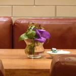 アフタヌーンティー・ティールーム  - 花が置いてあるのは、いいな^^