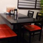 華苑 - テーブル席。