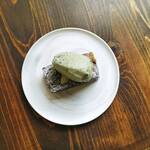 カフェ&ワイン ネーラ - 柿のブラウニー大葉のソルベのせ