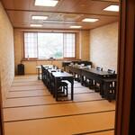 日本料理 昭栄館 - 4名様でも30畳の広いお座敷をご用意しています。最新の空気清浄機 換気機能付きの最新業務用エアコンを設置しております。 お座敷の隅には、パーテーション(アクリル板)もご用意しています。 どうぞ、安心してご利用くださいませ。