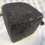 パンの店 ガッタン・ゴットン - 竹炭とくるみのパン(クリームチーズ)