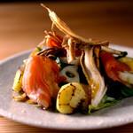 ごはんや一芯 - 燻製サーモンと秋野菜のサラダ
