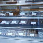 甲州屋 - ショーケース 和菓子屋らしく、おにぎりなどもある