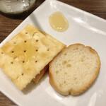 チーズと生はちみつ BeNe - クラッカーとバゲット