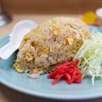 159914668 - 焼飯580円(スープ、お漬物、キャベツの千切り、紅生姜付き)