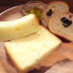 オステリア イノウエ - 自家製フォカッチャとオリーブ入りパン