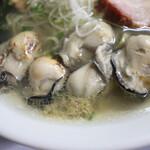 自家製麺 ら~めん かり屋 - 手前に牡蠣ペースト投入