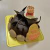 モン・プレジール - 料理写真:ホールのチョコレートケーキと追加のマジパンのポニョ