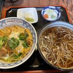 嘉司屋 - カツ丼とかけ蕎麦のセット(ご飯少なめ) カツはソースをかけて卵でとじたもの