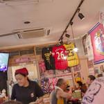 鶴橋らーめん食堂鶴心 - ちょっとしたサッカーミュージアム。香川選手のユニフォームも。