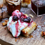 ランドアンドイアーズ - 無花果のクランブルケーキ@プチプチのドライフィグの甘いパウンドケーキ。底のクランブルが良い食感。生クリームとベリーソースたっぷり