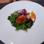 アコウキッチン - ランチのサラダ。真中は柿です