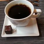 アコウキッチン - ランチのコーヒー。一口ケーキ付