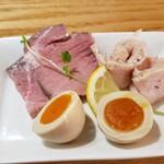 かみあり製麺 - レアチャーシュー、鶏チャーシューに煮卵