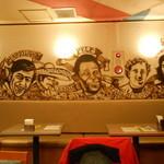 ジオダナ - 壁には南米の著名人のイラスト