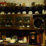 16015072 - 40年の貫禄。カップ&ソーサーにミニチュアカー、珈琲をたてる古めかしい器具が並ぶ空間